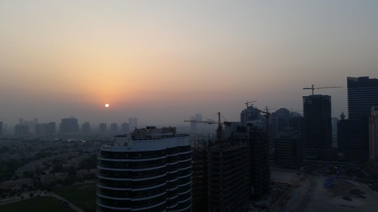 Вид из окна квартиры в Дубае. Вокруг непрекращающаяся стройка