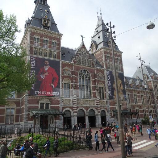 О, тихий Амстердам, С певучим перезвоном Старинных колоколен! Зачем я здесь, — не там…